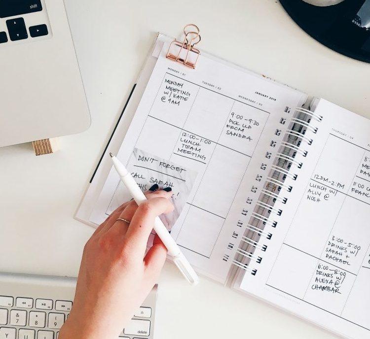 planner i notatki, widac kawałek klawiatury i spinacz na kartkach