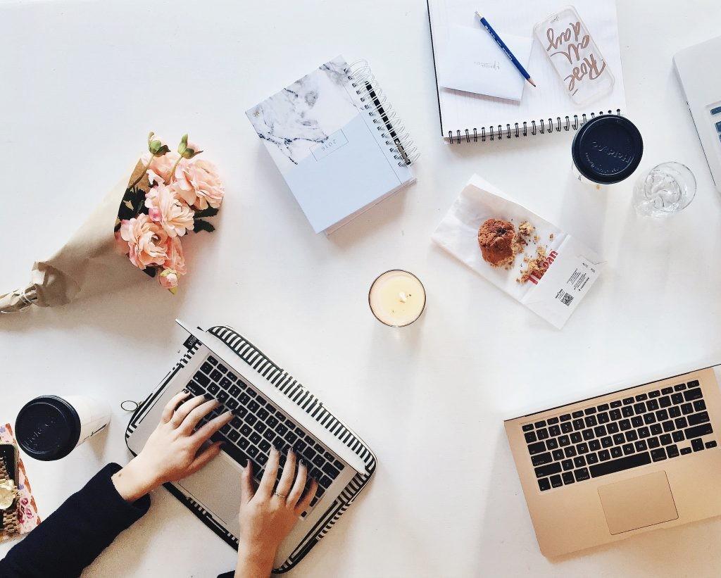 macbook, planner i bukiet kwiatów