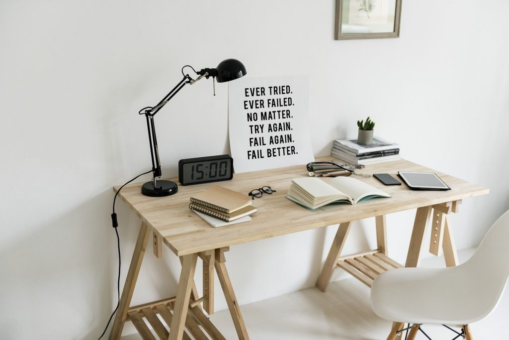 Biurko z dokumetami, plannere. lampka na biurku.