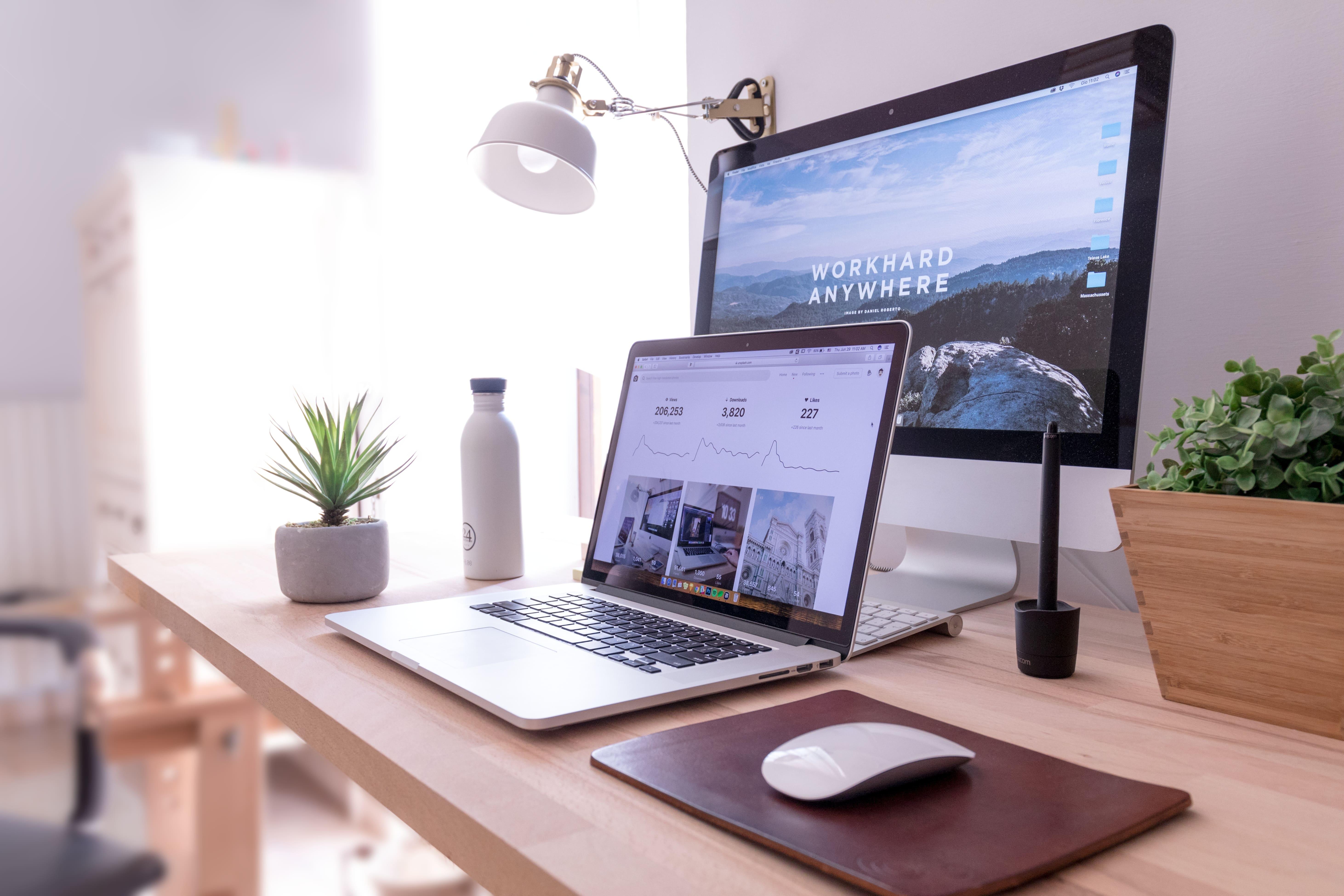 Praca z domu, praca zdalna, biurko z komputerem