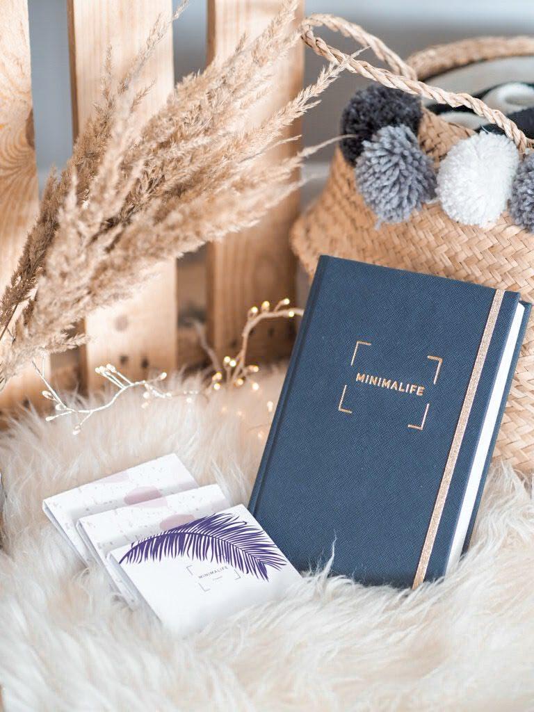 Granatowy kalendarz książkowy